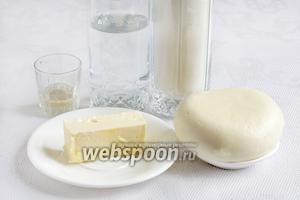 Для самсы с сыром возьмём сыр рассольный  (адыгейский, сулугуни, домашнюю брынзу), сливочное масло, уксус, муку, соль и воду.