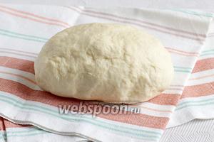 Тесто накрыть полотенцем и дать ему отдохнуть 15 минут в холодильнике. Оно получается очень мягким, не нужно забивать его мукой.