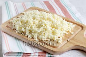 Сыр натереть на крупной тёрке, слегка посолить, если он пресный. Можно посыпать специями, но я не посыпала.