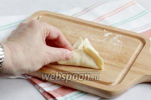 На середину  каждой лепёшки выложить сыр и защипать в форме треугольной самсы. Стараться очень хорошо защипывать края, иначе весь сыр вытечет при выпекании. Поджареный он тоже очень вкусный, но начинки внутри не останется)).