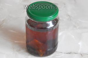 За это время чайные листья отдали напитку свой цвет, а пряности и чернослив — свои ароматы. Небольшое количество сахара сделало коньяк мягким на вкус.
