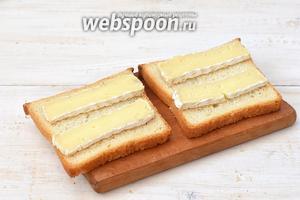 На несмазанную сторону хлеба выложить по две полоски сыра.