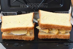 Выложить в разогретую сендвичницу.