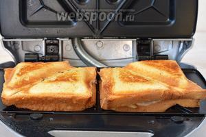 Закрыть крышкой и готовить 2-3 минуты до подрумянивания.