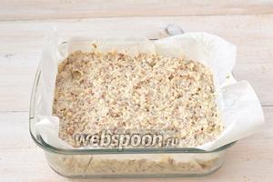 Форму размером 16х16 см проложить кулинарной бумагой и выложить в форму творожно-гречневую массу.