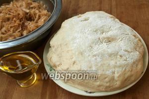 Для приготовления пирожков нам понадобится готовая капуста, подсолнечное масло и  заварное дрожжевое тесто .