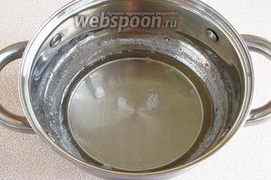 Сахар залить кипячёной водой и варить, тщательно снимая пену, около 10 минут. Когда пенообразование полностью закончится, сироп снять с огня и дать остыть.