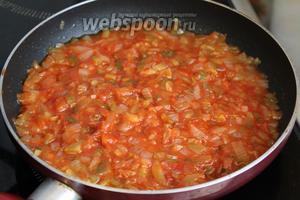 К огурцам с луком добавить томатную пасту.