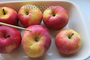 Яблоки прокалываем и запекаем при 180°C до мягкости.