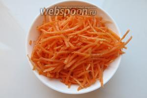 Морковь натираем на тёрке для моркови по-корейски.