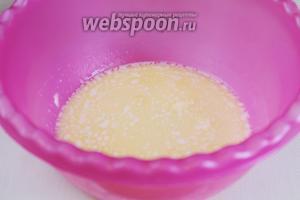Масло растопить в микроволновке, добавить тёплое молоко.
