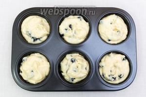 Выкладывает тесто в форму, заполняя на ⅔. Выпекаем в разогретой до 190ºC духовке на 20-25 минут. Ориентируйтесь по своей духовке.