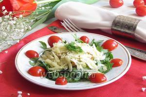 Салат с рукколой, куриным филе и пармезаном