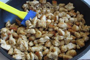 Обжарить филе на очень горячей сковороде до золотистой корочки с 2 столовыми ложками оливкового масла, я добавила немного соли и специи для курицы, слегка остудить.