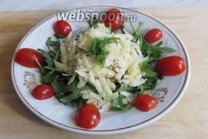 Украсить тарелку порезанными пополам помидорками черри, по 4 на порцию, сверху украсить любой зеленью. Салат Руккола с куриным филе и пармезаном готов. Приятного аппетита!