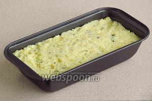 Выложить смесь в сковороду или форму, смазанную маслом, и разровнять поверхность.