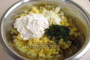 К картофельному пюре добавить творожную смесь, лук, укроп и соль (или овощную приправу).