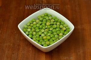 Зелёный горошек обдаём кипятком и сразу же охлаждаем в холодной воде.