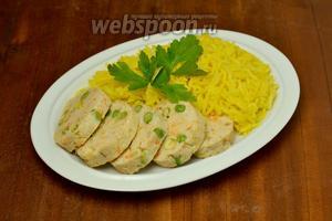 Выкладываем рассыпчатый рис, нарезаем колбаски, при желании дополняем любым кисло-сладким или острым соусом и салатом из свежих овощей.