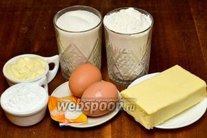 Для приготовления вкусного печенья через мясорубку нам понадобится мука, яйца, сахар, ванильный сахар, сливочное масло, майонез, крахмал, сода и лимонный сок.