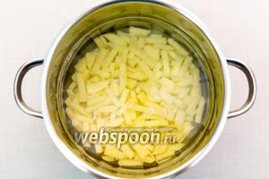 Картофель очистим и нарежем как удобно. У меня — брусочками. Зальём водой (или бульоном) и поставим варить.