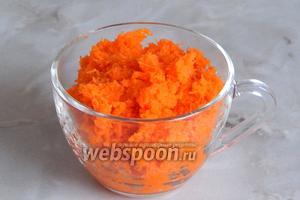 Тем временем очищаем морковь и измельчаем её в кашицу на самой мелкой тёрке.