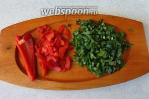 Зелень и перец промыть и высушить. Затем нарезаем мелко.