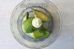 Мякоть авокадо погружаем в блендер, хорошо поливаем соком лимона.