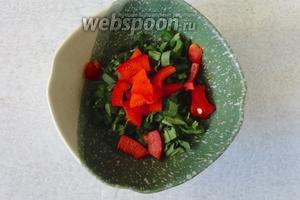 Далее в тарелку выкладываем нарезанную зелень и перец. Я добавила сушёную мяту, но лучше взять свежую.