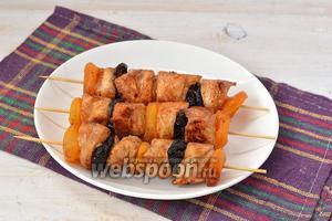 Куриный шашлык с черносливом и курагой готов.