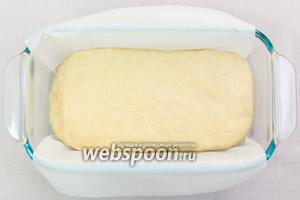 Тесто обминаем и выкладываем форму, застеленную пергаментом или смазанную маслом. Можете придать хлебу форму батона, как вам больше нравится. Накроем полотенцем и оставим в тёплом месте ещё на полчаса.