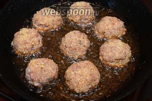 Формируем шарики, облепляя при этом в панировочном сыре. Выкладываем на разогретую сковороду с подсолнечным маслом.
