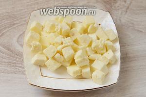 Подготавливаем ингредиенты. Нарезаем небольшими кубиками адыгейский сыр.