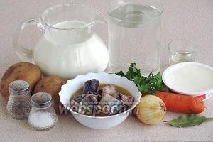 Для приготовления супа нужно взять консервированную сайру в собственно соку, воду, молоко, мягкий плавленый сыр, морковь, луковицу, картофель, лавровый лист, перец чёрный горошком, масло подсолнечное рафинированное, зелень укропа или петрушки и соль.