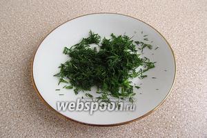 Зелень укропа вымыть в проточной воде, обсушить и мелко нарезать.