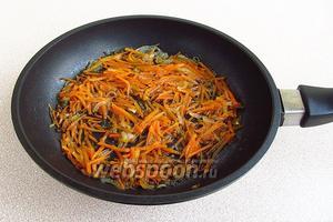 Лук и морковь пассеровать до мягкости.