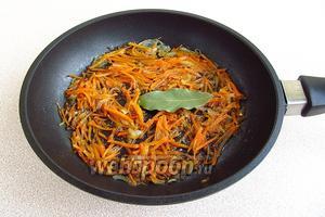 К морковно-луковой массе добавить лавровый лист. Всё вместе прогреть в течение 3 минут.