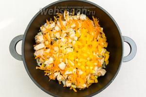 Морковь натрём на тёрке, лук, перец, чеснок нарежем мелко. Добавим к мясу. Опять же на большом огне обжарим буквально минуту.