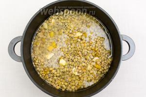 Чечевицу промоем, добавим в кастрюлю к мясу и овощам. Зальем водой. Нароем крышкой. Варим на среднем огне 20-25 минут. Если вам нравится, чтобы она была более разваренная, варите дольше.
