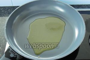 Подогреем на большом огне 2 ст. л. оливкового масла.