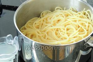 Тем временем сварим спагетти аль денте, сливаем воду и оставляем 150 мл воды для соуса.