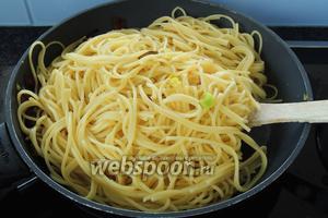 В сковороду с мясом кладём спагетти.