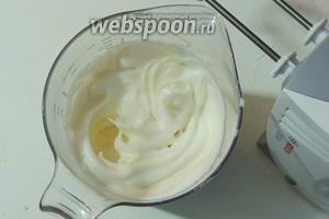 Белки с щепоткой соли взбиваем миксером на высоких оборотах до крепкой пены, добавим ванильный сахар и взбиваем ещё пару минут.
