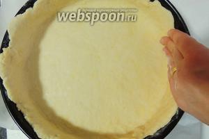 Дно формы выстилаем пекарской бумагой, стенки смазываем маслом и припудрим мукой. Перекладываем тесто в форму, придавливая пальцами к стенкам и ко дну.