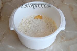 Для начала займемся приготовлением теста для блинчиков. В посуде смешаем половину молока, яйцо, соль, сахар и муку.