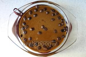 Горячий ирис выливаем в форму. По желанию посыпаем кофейными зернами. Даём ей остыть.