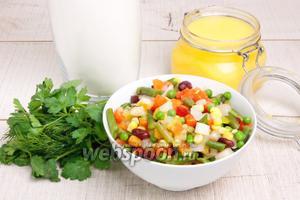 Для приготовления самосов понадобится мука, топлёное масло (можно использовать растительное), соль, вода, сода, овощи замороженные, зелень, кориандр, кумин и смесь перцев.