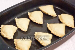 Смазать противень маслом и отправить в разогретую до 200°C духовку на 20 минут.