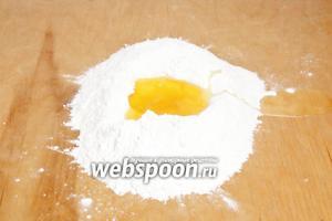 Для начала приготовим тесто. Смешать муку с половиной чайной ложки соли и соды, затем сделать углубление в середине и вылить масло. Перетереть муку с маслом до состояния рассыпчатых крошек.