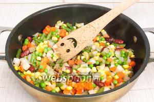 С начинкой всё просто: разогреть масло в сковороде, добавить специи, обжарить их пару секунд и высыпать овощи.